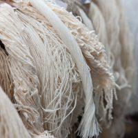 Ongeverfd textielgaren